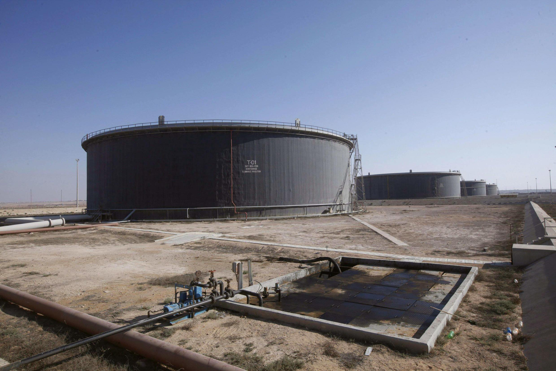 Des réservoirs de pétrole brut dans le port de Tobrouk.