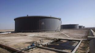 Des réservoirs de pétrole brut dans le port de Tobrouk, en Libye.