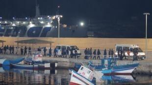 Người tị nạn Libya từ tàu Ocean Viking xuống cảng Lampedusa, Ý tối ngày 14/09/2019.