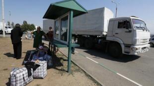 Caminhões do comboio russo atravessam a fronteira com a Ucrânia