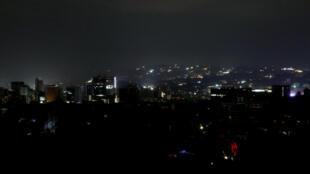 Vista de Caracas durante o apagão desta quinta-feira (9)