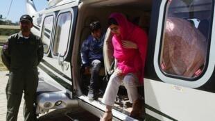 La prix Nobel de la Paix Malala Yousafzai sort d'un hélicoptère lors de son arrivée au Collège pour garçons Guli Bagh, dans la vallée du Swat, lors de sa première visite dans sa région natale depuis avoir été visée par une attaque en 2012, le 31 mars 2018.
