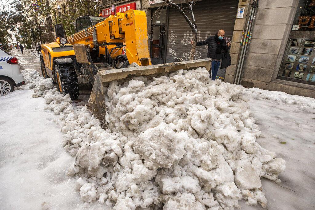Снегоочистительная техника не успевает справиться с выпавшими осадками, а в крупных городах в воскресенье не работал наземный общественный транспорт