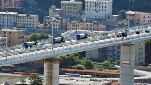 Une vue générale montre le pont de Gênes alors que les ingénieurs effectuent des essais statiques, le 19 juillet 2020, avant son inauguration ce lundi.