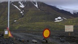 Placas são colocadas na estrada que leva ao vulcão Bardarbunga, na geleira de Vatnajökull.
