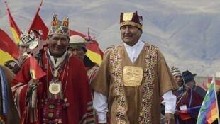 Le président de la Bolivie Evo Morales, vêtu d'une toilette traditionnelle, lors de la cérémonie de Tiwanacu, célébrée le 21 janvier de 2015.