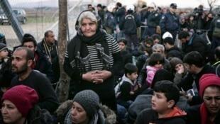 Des migrants à la frontière entre la Grèce et la Macédoine, le 2 mars 2016.