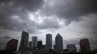 Em Tampa, na Flórida, o céu ficou carregado de nuvens nesse domingo anunciando a passagem da tempestade tropical Isaac.