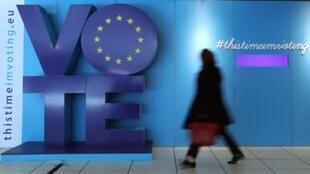 一名女子走過布魯塞爾歐洲議會附近的舒曼火車站