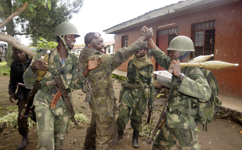 Les soldats congolais des FARDC fêtent leur victoire militaire à Rumangabo, au nord de Goma, sur les rebelles du M23, le 28 octobre 2013.