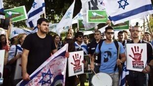 Israelenses protestam contra a libertação dos presos palestinos em Tel Aviv, nesta segunda-feira, dia 12 de agosto.