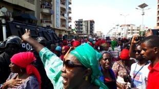 Des femmes de l'opposition manifestent le 13 novembre 2018 à Conakry, en Guinée, pour réclamer la fin des violences policières.
