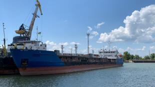 Tàu chở dầu của Nga mang tên Nika Spirit ( Neyma) đang bi Ukraina giữ tại cảng Izmail. Ảnh chụp 25/07/2019.