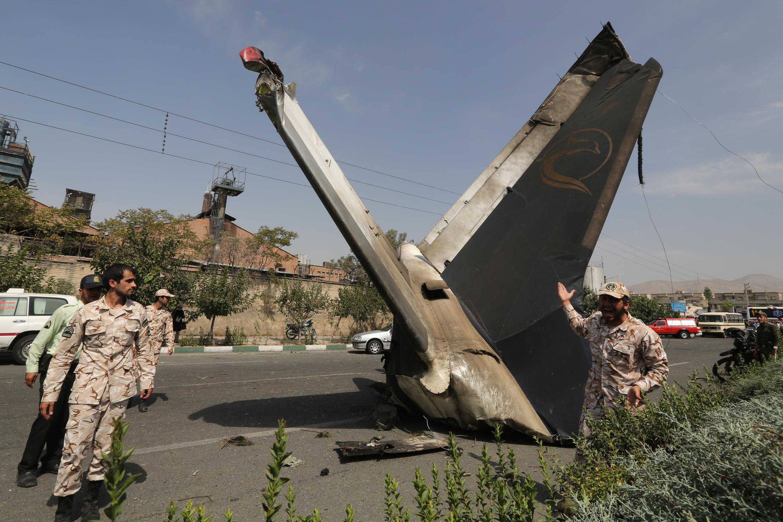 Lực lượng an ninh Iran bên cạnh xác máy bay rơi hôm 10/08/2014 gần Teheran.