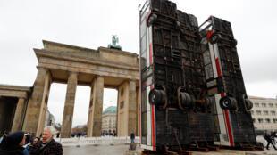 L'installation « Monument » de l'artiste germano-syrien Manaf Halbouni devant la porte de Brandebourg à Berlin.