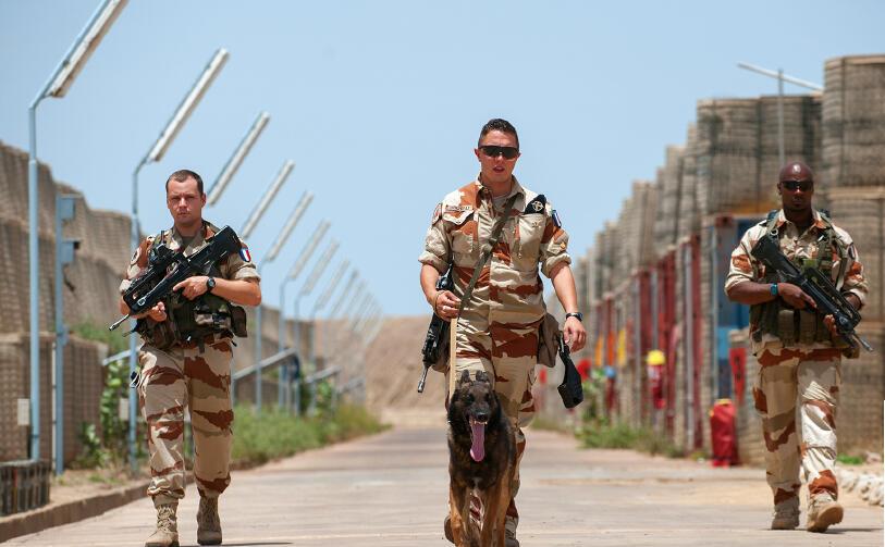 L'équipe de protection de la base aérienne (BA) 172 Fort-Lamy patrouille dans le dépôt de munitions. Juillet 2014.