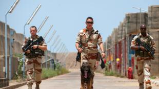L'équipe de protection de la base aérienne (BA) 172 patrouille dans le dépôt de munitions. Juillet 2014.