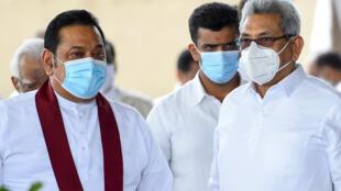 Le Premier ministre Mahinda Rajapaksa (à gauche) et son frère Gotabhaya Rajapaksa