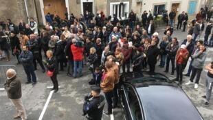 Une foule hétéroclite s'est amassée devant les portes de l'église de Trèbes dimanche 25 mars 2018.