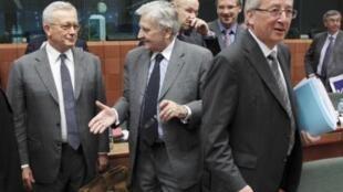 Bộ trưởng Tài chính Ý Giulio Tremonti (trái) trò chuyện với Chủ tịch Ngân hàng châu Âu Jean-Claude Trichet (giữa) và Chủ tịch Eurogroupe Jean-Claude Juncker (phải) trước khi bước vào hội nghị tại Bruxelles ngày 11/7/11.
