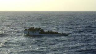 Một thuyền chở khoảng 150 người tị nạn gần đảo Christmas,  trước khi bị đắm, tháng 6/2012,