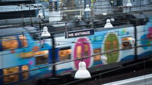 Un train arrive à la gare Paris Montparnasse (Photo d'illustration).