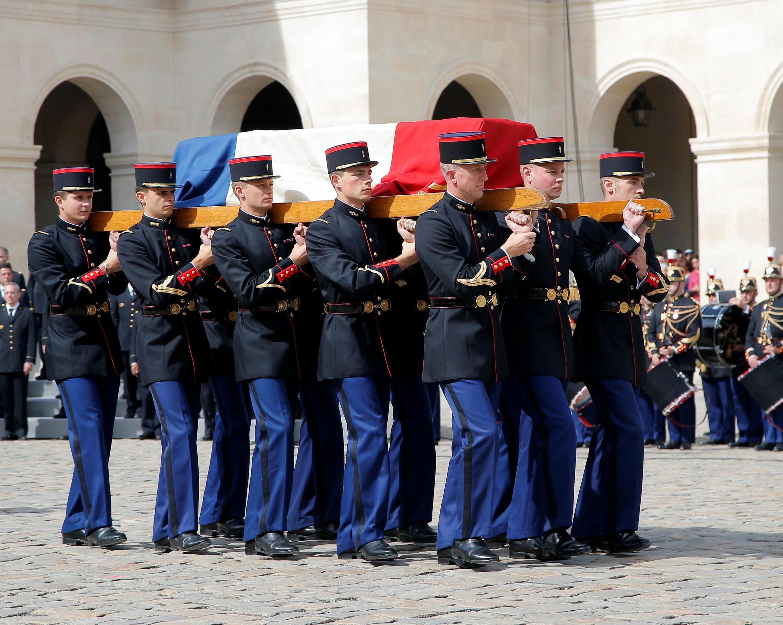 Arrivée du cercueil de Simone Veil dans la cour d'honneur des Invalides dans un silence respectueux, le 5 juillet 2017.