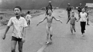 """""""Menina de Napalm"""", foto tirada em 8 de junho de 1972 na Guerra do Vietnã."""