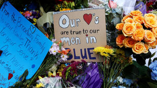 Em frente da sede da polícia, foram depositadas coroas, flores e cartazes em homenagem às vítimas do ataque de Dallas. 10/07/16
