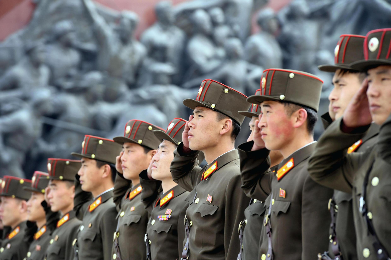 Des soldats nord-coréens lors de la célébration mardi à Pyongyang du  85e anniversaire de la création de leur armée.