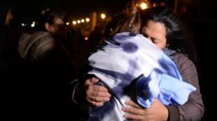 Familiares das vítimas do naufrágio do Ara San Juan se abraçam ao serem informados da localização do submarino.
