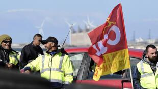 Des travailleurs affiliés à la CGT bloquent l'accès d'une raffinerie à Fos-sur-Mer dans le sud de la France, lundi 23 mai 2016.