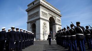 Памятная церемония у могилы неизвестного солдата, Триумфальная арка, Париж. 8 мая 2016.