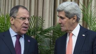 Le ministre des Affaires étrangères russe Sergueï Lavrov (g) et secrétaire d'Etat américain John Kerry, lors de leur rencontre en marge du sommet de l'Apec, à Pékin, le 8 novembre 2014.