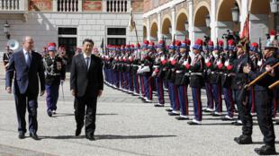Thân vương Albert II và chủ tịch Trung Quốc Tập Cận Bình duyệt hàng quân danh dự tại Monaco, ngày 24/03/2019.