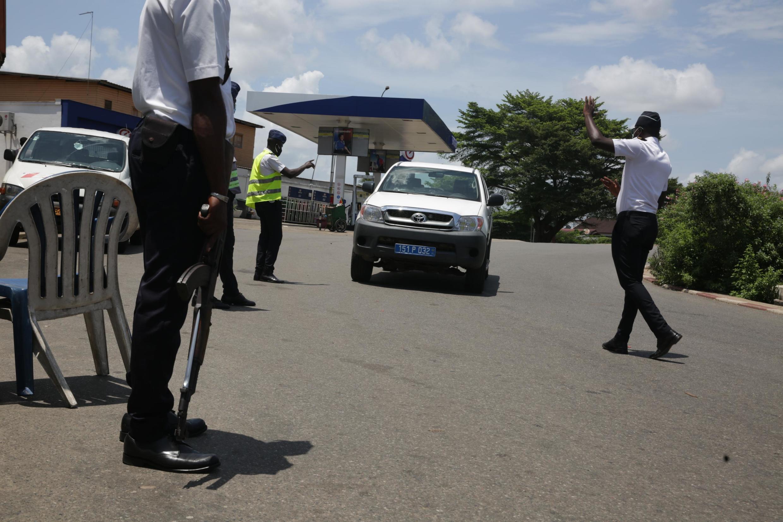 Une patrouille de forces de l'ordre chargée de faire respecter le confinement à Libreville, Gabon, le 13 avril 2020.