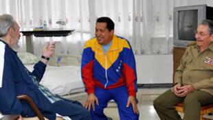 Fidel y Raúl Castro visitaron al presidente Hugo Chávez en el hospital de La Habana.