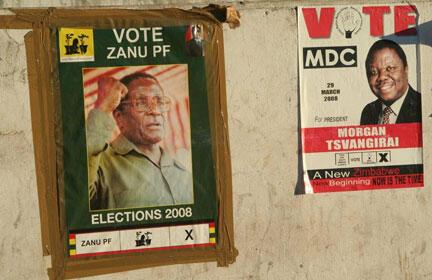 Affiches électorales de Robert Mugabe (g), le président sortant et de Morgan Tsvangirai (d), leader de l'opposition.