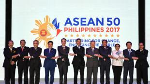 Bộ trưởng Ngoại Giao 10 nước ASEAN, cùng tổng thư ký ASEAN Lê Lương Minh (P), chụp ảnh chung tại Hội nghị các ngoại trưởng ASEAN, Manila, ngày 05/08/2017.