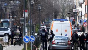Oficiais de polícia fizeram uma operação anti-terrorista perto de trilhos do bonde na Schaerbeek - distrito de Schaarbeek, em Bruxelas, em 25 de março de 2016.