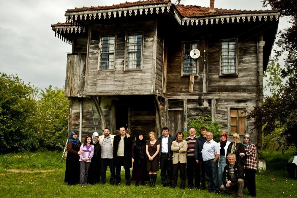 Dans ce voyage, on croise de nombreuses minorités oubliées des Balkans et du Caucase. Ici une famille tcherkesse de Samsun en Turquie, devant la maison caucasienne construite par le grand-père.