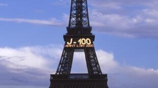 Décompte de l'an 2000 à -100 jours sur la tour Eiffel, à Paris, en 1999.