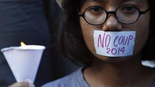 Manifestação em Bangcoc, nesta sexta-feira (23), contra a censura e o golpe de Estado.