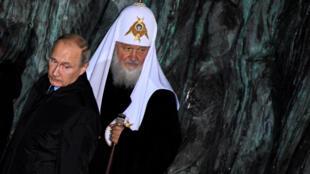 Президент России Владимир Путин и патриарх Кирилл на открытии «Стены скорби» в Москве, 30 октября