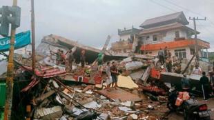 Indonésie : Au moins 34 morts après un fort séisme, un hôpital effondré le 15 janvier 2021