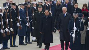 Le président chinois Hu Jintao (G) au côté du vice-président américain Joe Biden (D) à son arrivée à la base d'Andrew Air Force dans le Maryland, le 18 janvier 2011.