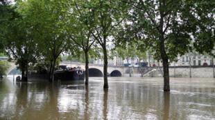 Mức nước sông Seine dâng cao nhấn chìm đảo Saint-Louis, trung tâm thủ đô Paris, ngày 01/06/2016.