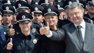 Петр Порошенко ищет все возможные способы, чтобы помешать борьбе с коррупцией перед предвыборной кампанией, которая начнется весной 2018 года, цитирует Libération депутата Сергея Лещенко.