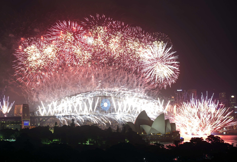 Sidney, na Austrália, exibiu o tradicional espetáculo de fogos de artifício com vista para a ópera da cidade.