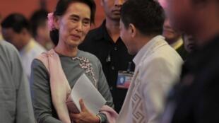Poignée de main entre la conseillère d'Etat Aung San Suu Kyi (g) et le leader de l'Armée de l'indépendance kachin (KIA), le général Gun Maw, lors des pourparlers de paix à Naypyidaw le 3 septembre 2016.
